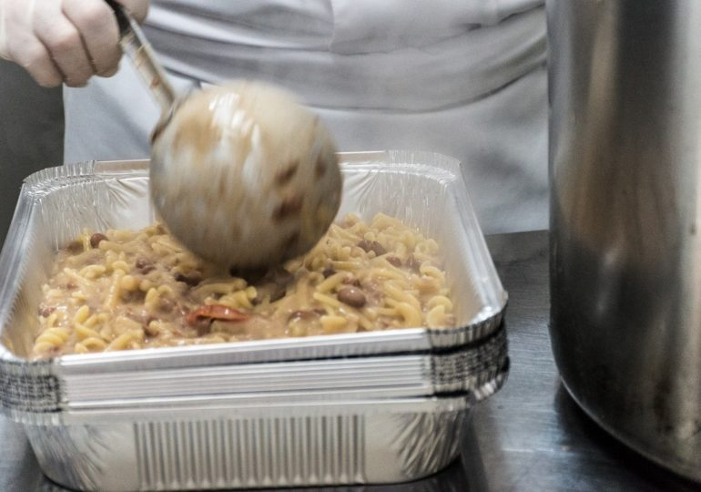 Tre chef stellati ai fornelli delle mense sociali napoletane
